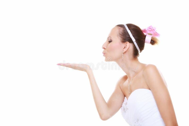 венчание сбора винограда дня пар одежды счастливое Девушка невесты романтичная дуя поцелуй изолированный стоковая фотография rf