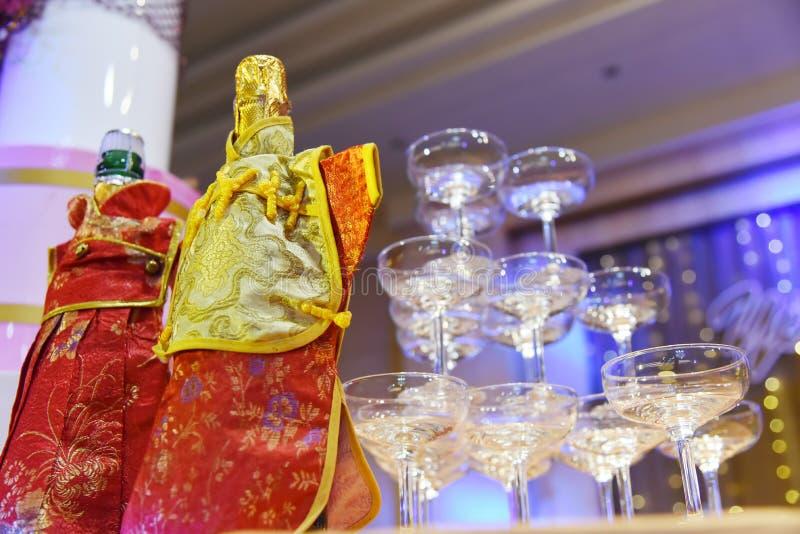 венчание удерживания шампанского невесты стеклянное стоковое изображение
