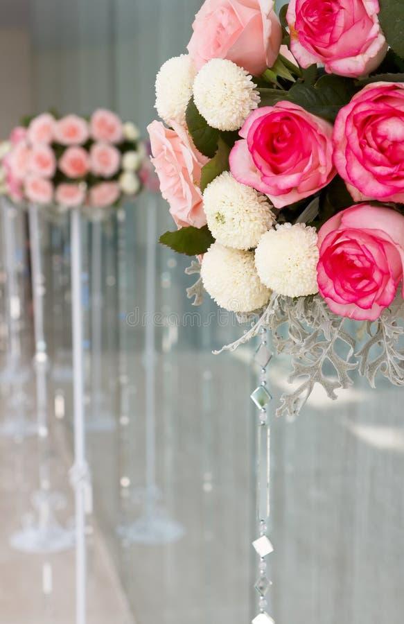 Download венчание цветков ведра розовое Стоковое Фото - изображение насчитывающей замужество, backhoe: 18399460
