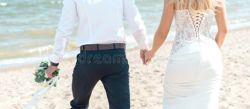 венчание groom невесты пляжа тропическое стоковое фото rf
