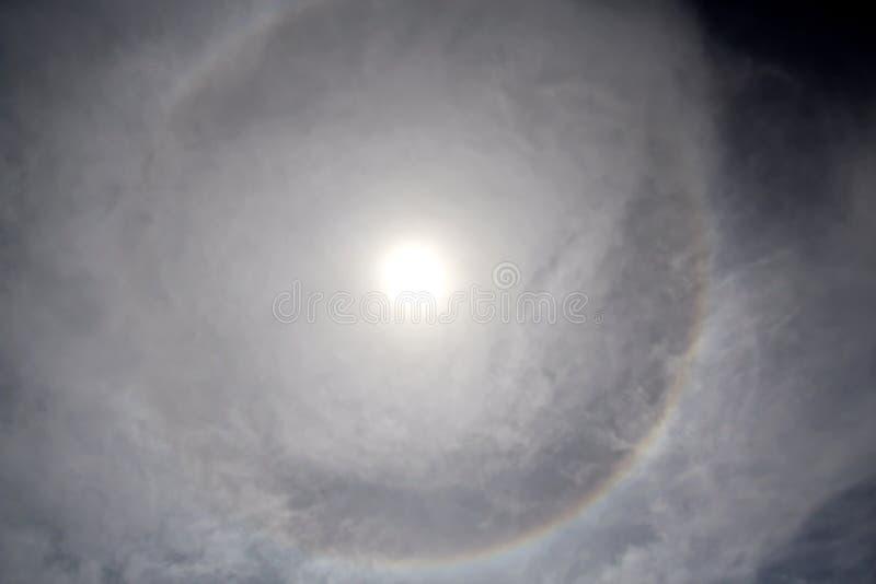 Венчик круг вокруг солнца как редкое естественное явление в небе стоковые фотографии rf