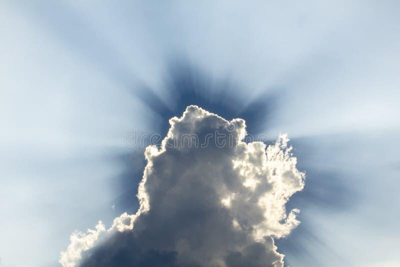 Венчик над белым облаком против темно-синего неба стоковые изображения