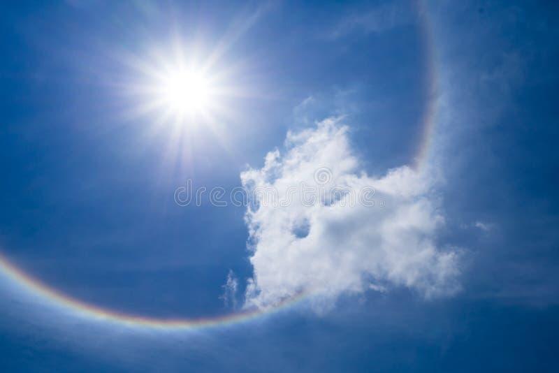 Венчик Солнця с облаком в небе стоковое изображение rf