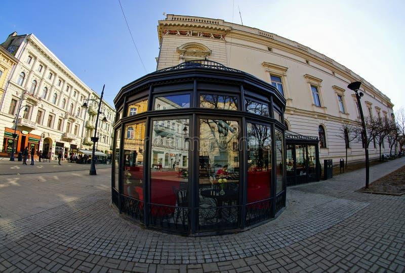 Веранда, ресторан Лодза - улица Piotrkowska Главная торговая улица и представитель, покупки и развлечения гуляют стоковое изображение rf