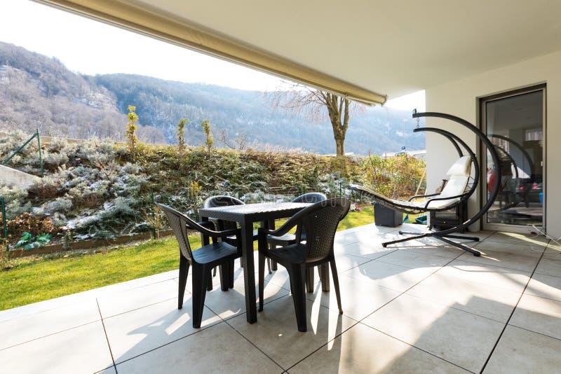 Веранда с садом и внешней мебелью стоковое изображение rf
