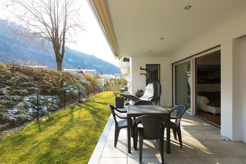 Веранда с садом и внешней мебелью стоковая фотография rf