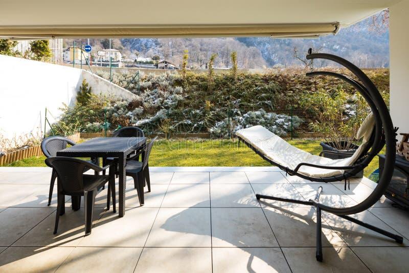 Веранда с садом и внешней мебелью стоковые фотографии rf