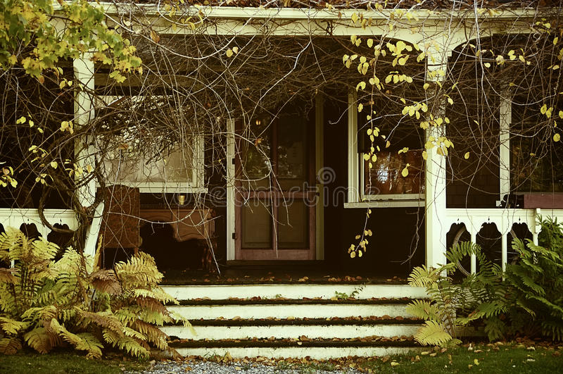 Веранда покинутого дома в саде сбор винограда структуры фото абстрактной предпосылки однотиповый Осень стоковое изображение rf