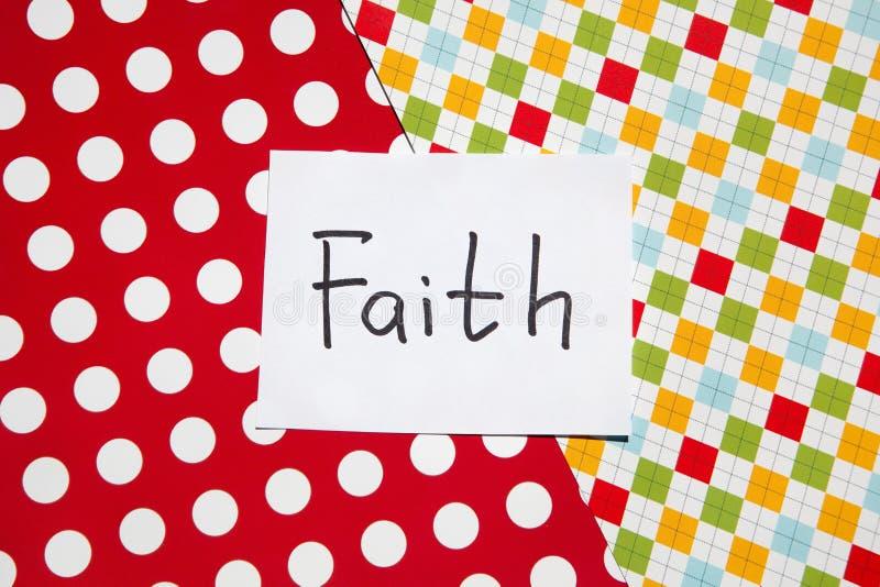 Вера - слово на красочной карте, вероисповедании и концепции бога стоковая фотография rf