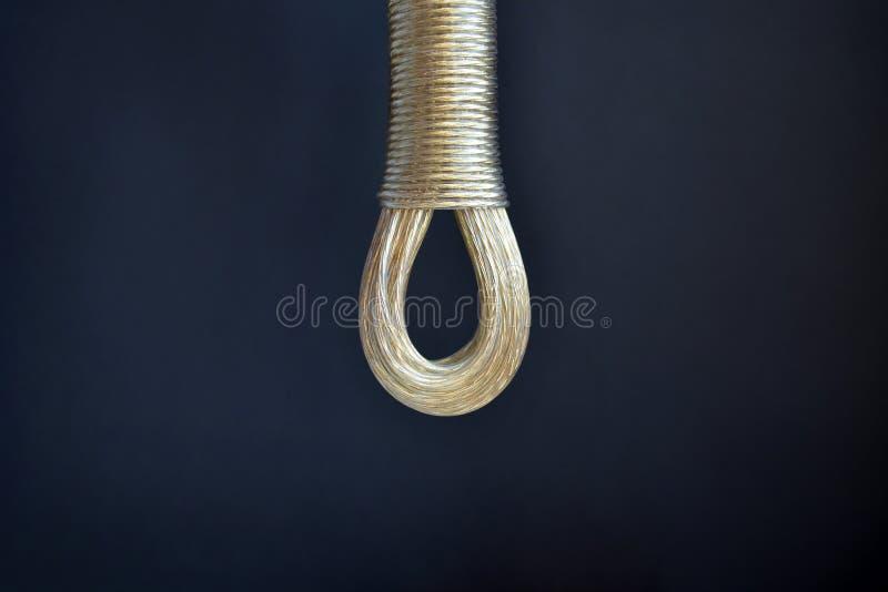Веревка для белья связанная в петле на черном крупном плане предпосылки, концепции против суицида, с copyspace стоковая фотография