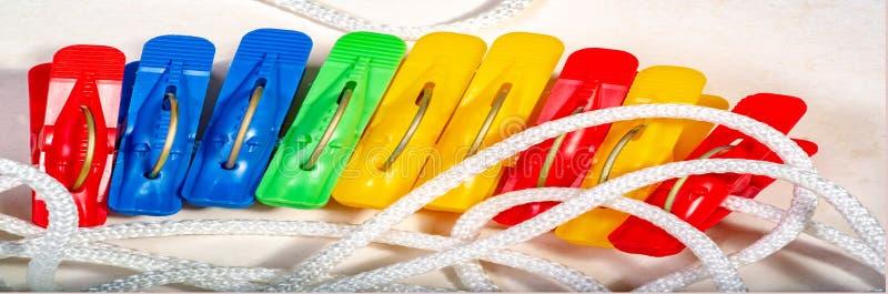 веревка для белья с покрашенными зажимками для белья Пластичный зажим для закрепления стоковые изображения