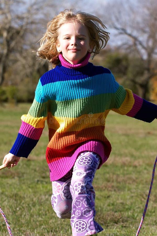 веревочка девушки скача стоковая фотография rf