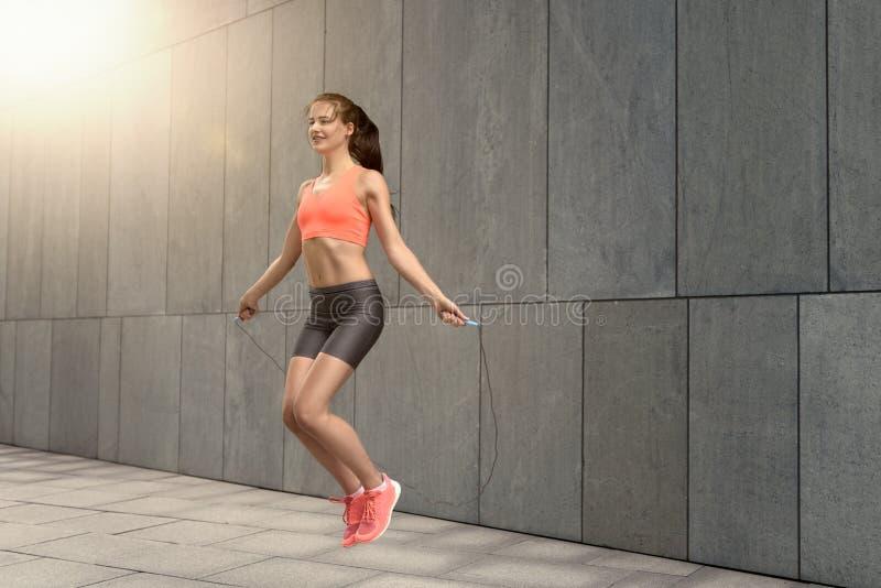 Веревочка женщины скача снаружи стоковые фотографии rf