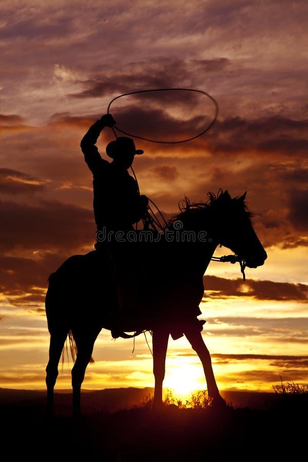 Веревочка ковбоя отбрасывая на угле лошади бортовом стоковое фото rf