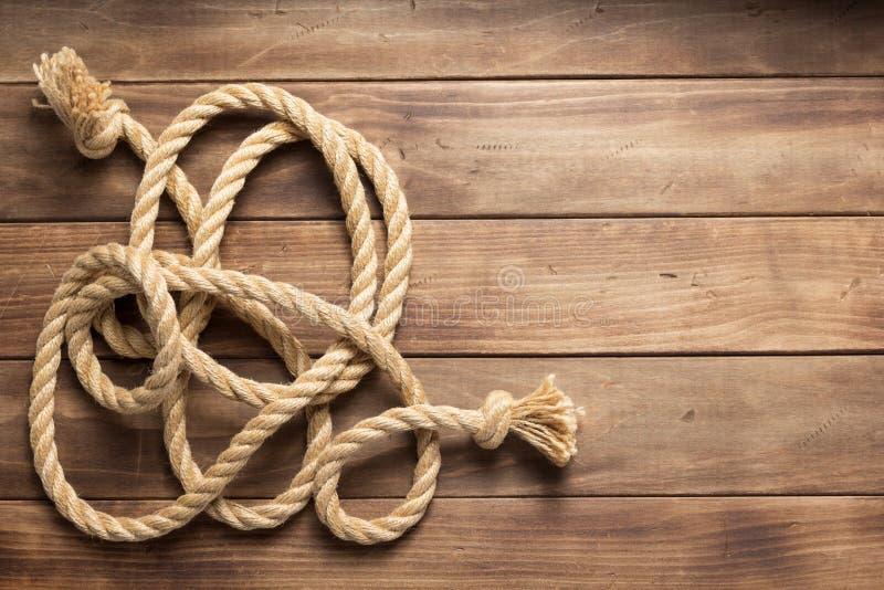 Веревочка корабля на деревянной текстуре предпосылки стоковое фото rf