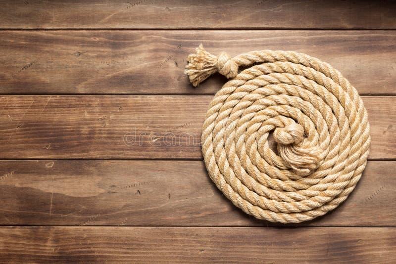 Веревочка корабля на деревянной текстуре предпосылки стоковые фотографии rf
