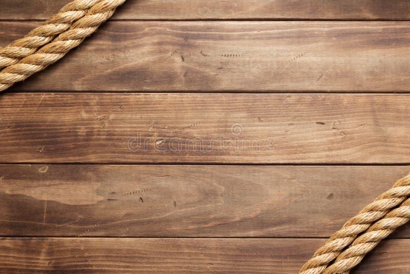 Веревочка корабля на деревянной текстуре предпосылки стоковая фотография rf