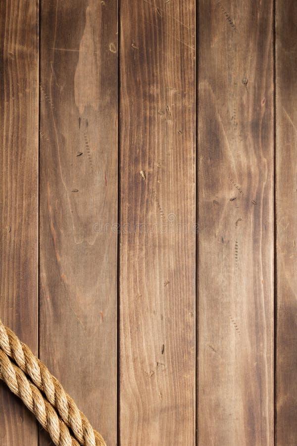 Веревочка корабля на деревянной текстуре предпосылки стоковое фото