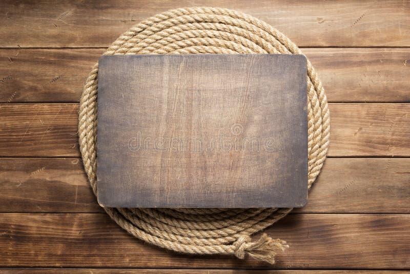Веревочка корабля на деревянной текстуре предпосылки стоковые изображения rf