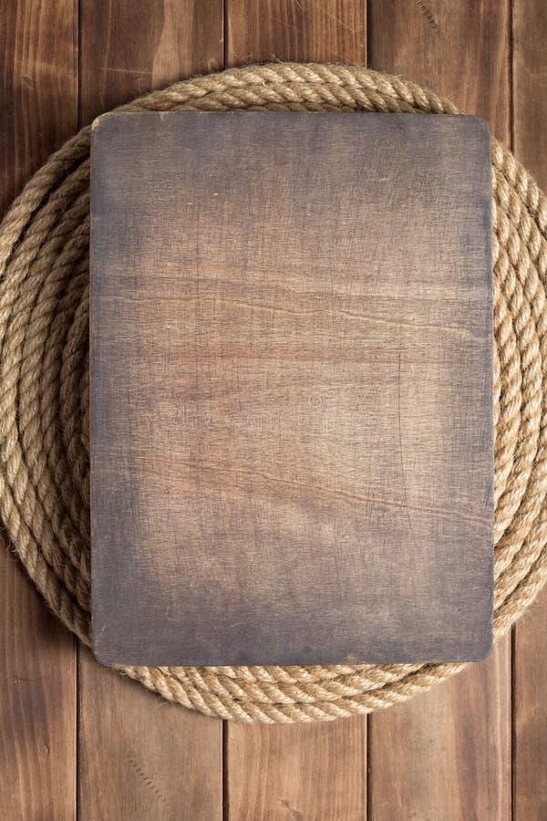 Веревочка корабля на деревянной текстуре предпосылки стоковые фото