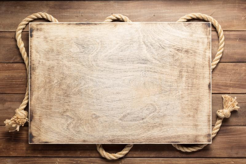 Веревочка корабля на деревянной текстуре предпосылки стоковая фотография