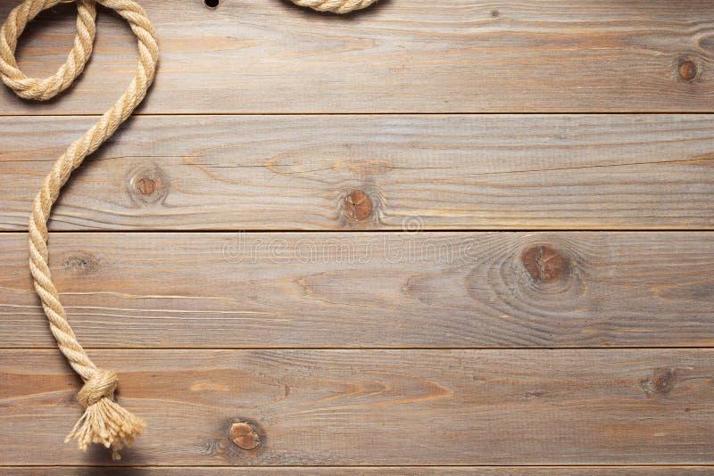 Веревочка корабля на деревянной текстуре предпосылки стоковые изображения