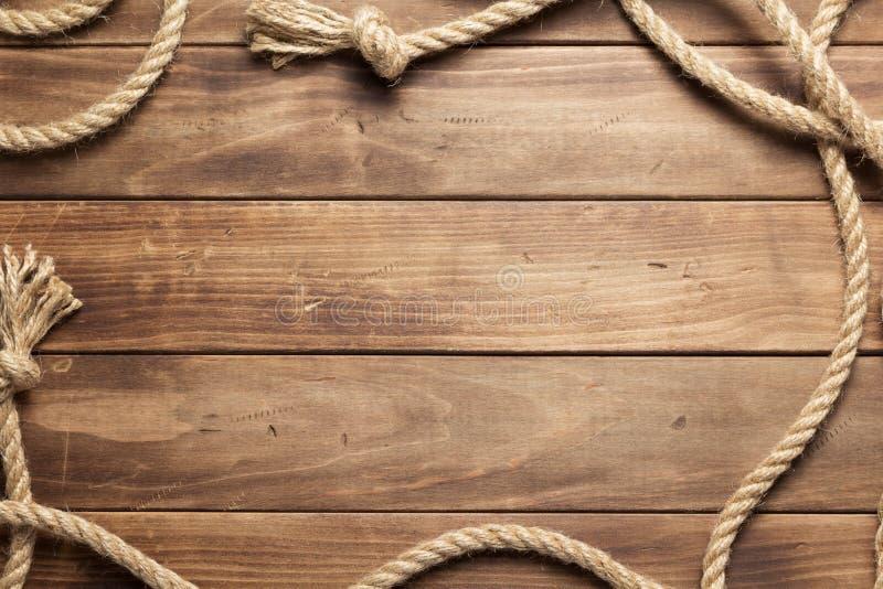Веревочка корабля на предпосылке деревянной доски стоковые фотографии rf