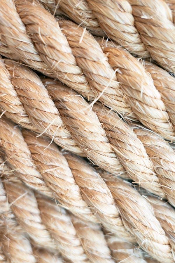 Веревочка коричневого цвета крупного плана сильная морская для предпосылки стоковые изображения