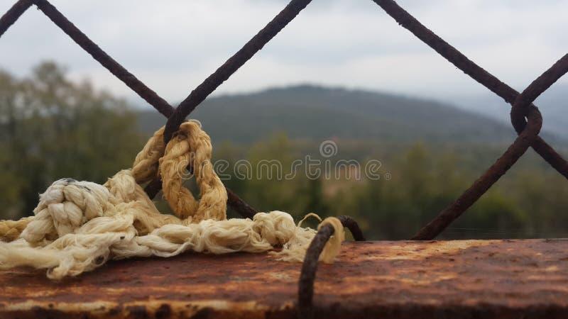 Веревочка на решетке стоковая фотография rf