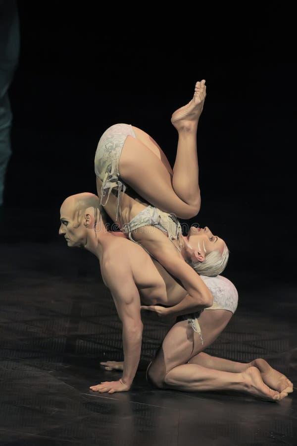 Веревочка совершителей прыгая на выставке 'Quidam' Cirque du Soleil's стоковая фотография rf
