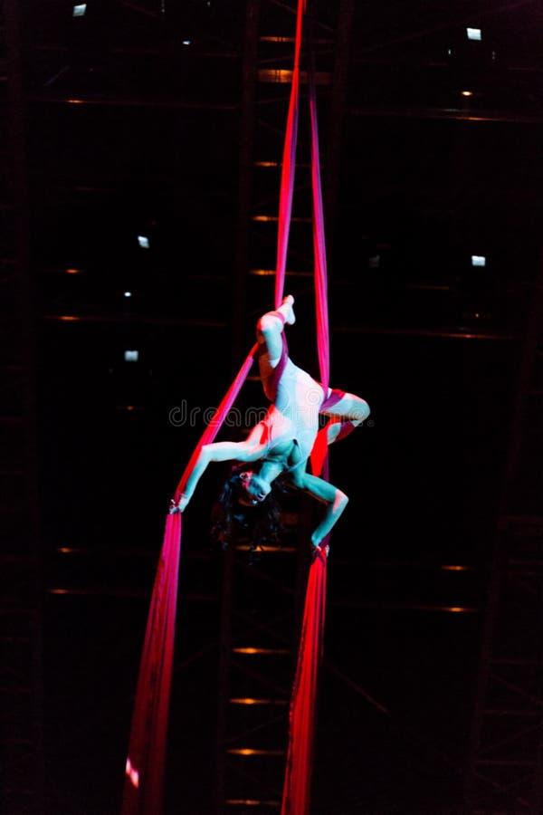 Веревочка совершителей прыгая на выставке Quidam Cirque du Soleils стоковые изображения rf
