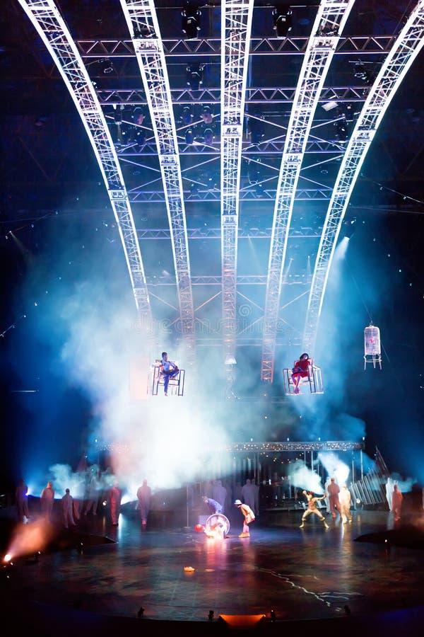 Веревочка совершителей прыгая на выставке Quidam Cirque du Soleils стоковая фотография