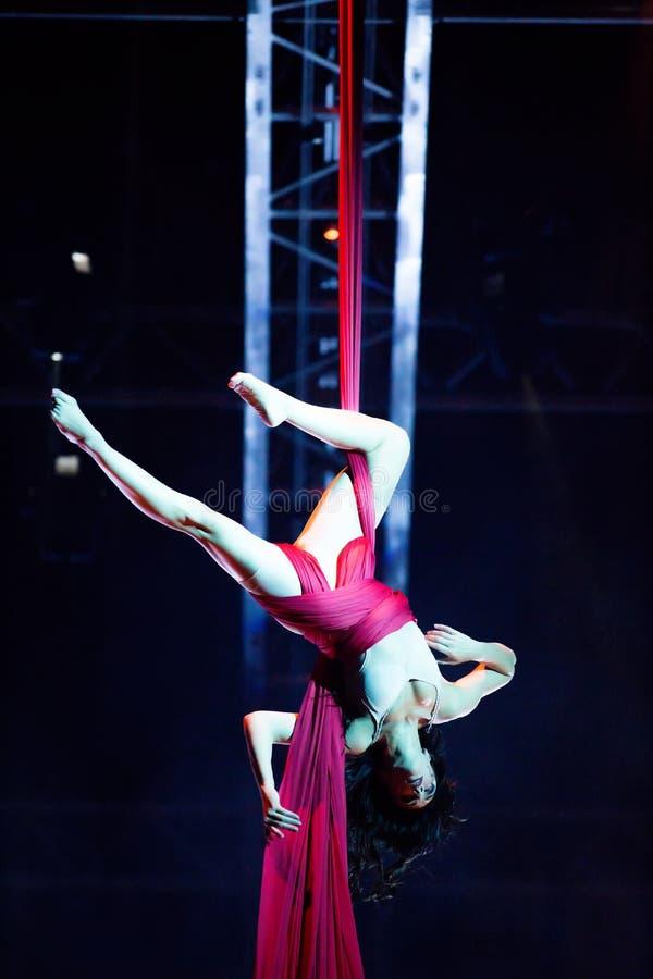 Веревочка совершителей прыгая на выставке Quidam Cirque du Soleils стоковая фотография rf