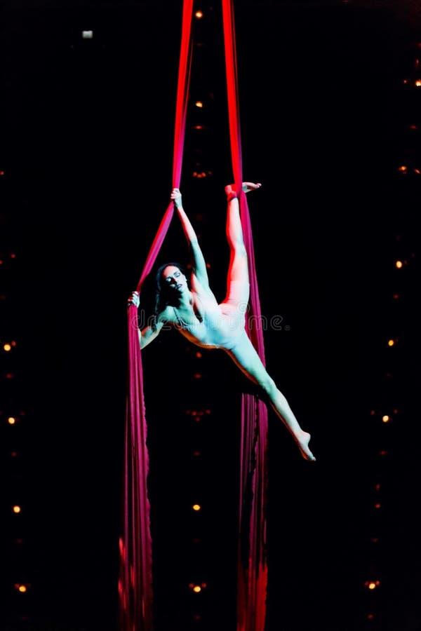 Веревочка совершителей прыгая на выставке Quidam Cirque du Soleils стоковое изображение rf