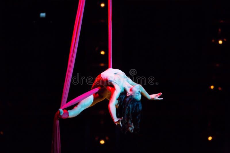 Веревочка совершителей прыгая на выставке Quidam Cirque du Soleils стоковое изображение