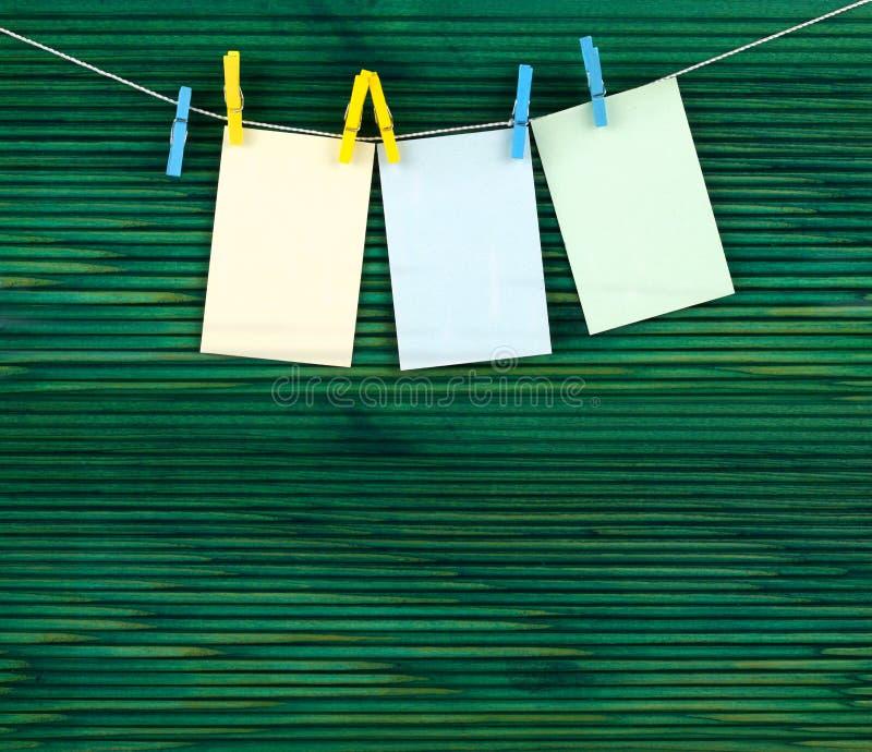 веревочка страниц clothespins стоковые изображения