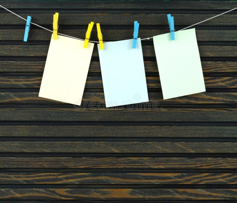 веревочка страниц clothespins стоковые фотографии rf