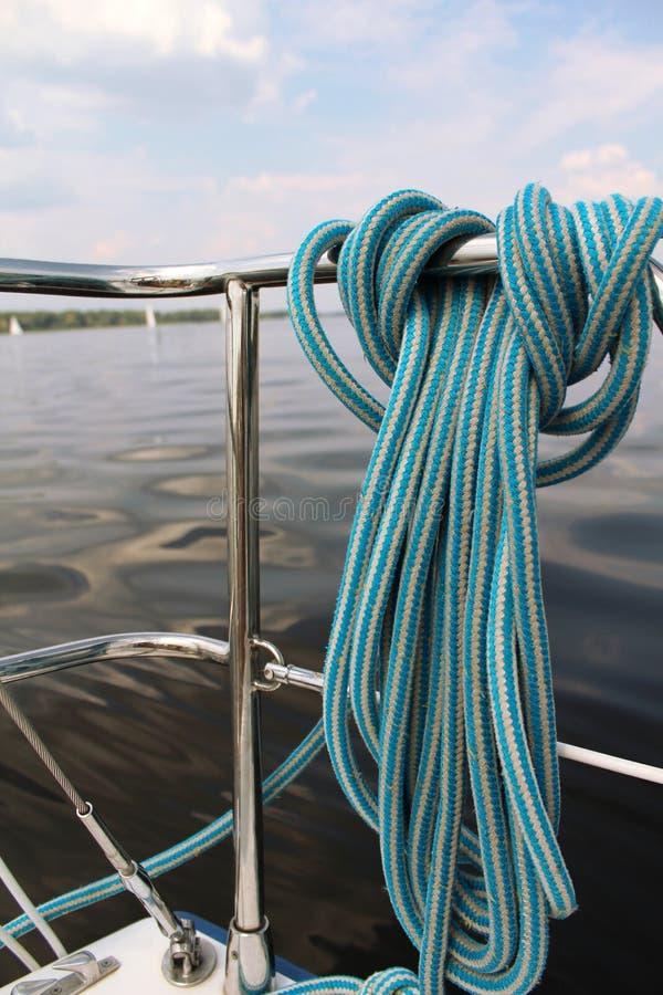 Веревочка узла конца-вверх морская на паруснике стоковая фотография rf