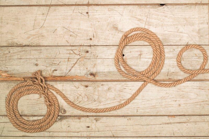 Веревочки на деревянной предпосылке стоковые изображения