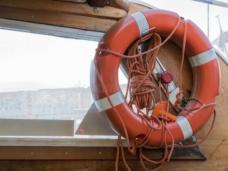 веревочки спасения предмета жизни круга томбуя шлюпки предпосылки помощи вода поддержки корабля полезной красной безопасная дерев стоковое фото