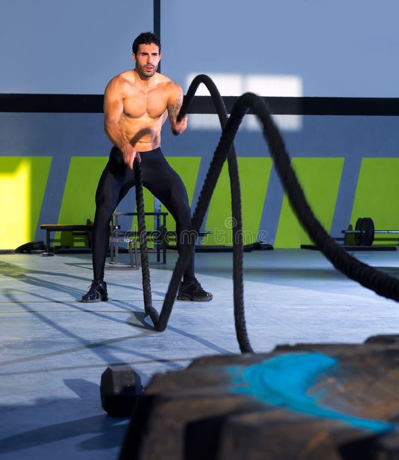 Веревочки Crossfit сражая на тренировке разминки спортзала стоковая фотография rf
