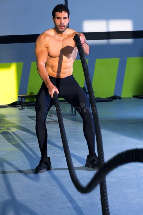 Веревочки Crossfit сражая на тренировке разминки спортзала стоковое изображение rf
