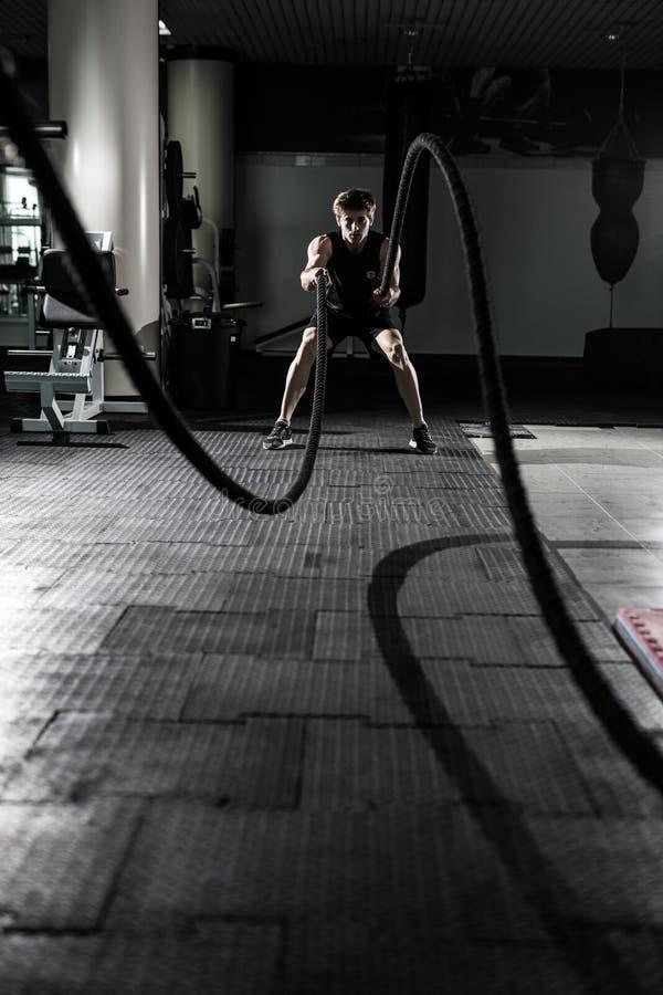 Веревочки Crossfit сражая на тренировке разминки спортзала Crossfit стоковое изображение
