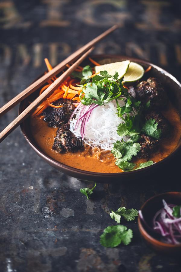 Вермишель, карри Sous фрикаделек говядины тайское желтое с морковью, лук и кориандр стоковые изображения