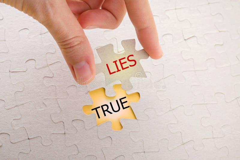Верно и лож на отсутствующей головоломке стоковые фото