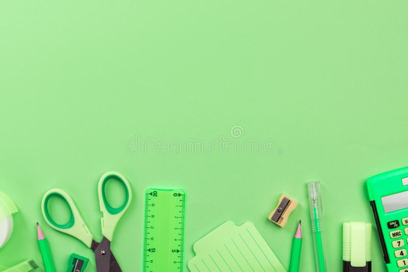 Вернуться в школу Зеленый фон, канцелярские принадлежности,Площадка стоковая фотография rf