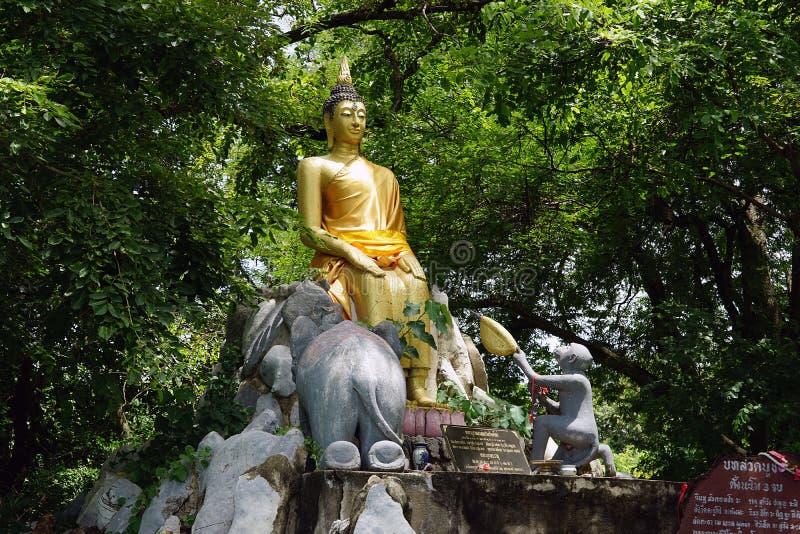 Вероисповедание перемещения золота бога буддизма виска Будды Таиланда стоковые фото