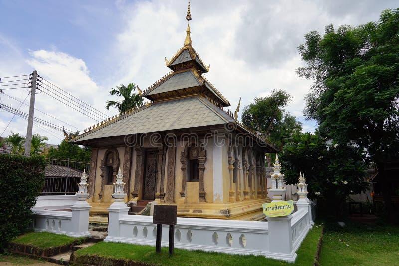 Вероисповедание перемещения золота бога буддизма виска Таиланда Будда стоковые фотографии rf