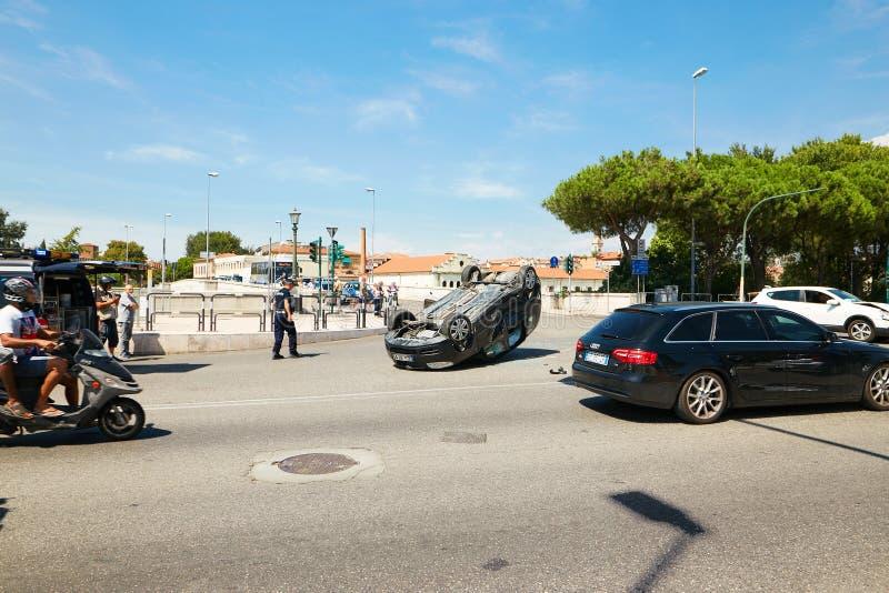 ВЕРОНА, ИТАЛИЯ - 17-ОЕ АВГУСТА 2017: Автомобильная катастрофа на перекрестках улиц Вероны Переворачиванный автомобиль стоковое изображение