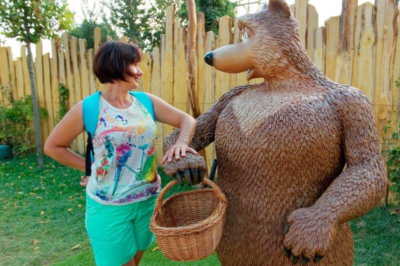 Верона, Италия 18-ое августа 2018: Парк атракционов Leoland женщина с медведем стоковое фото